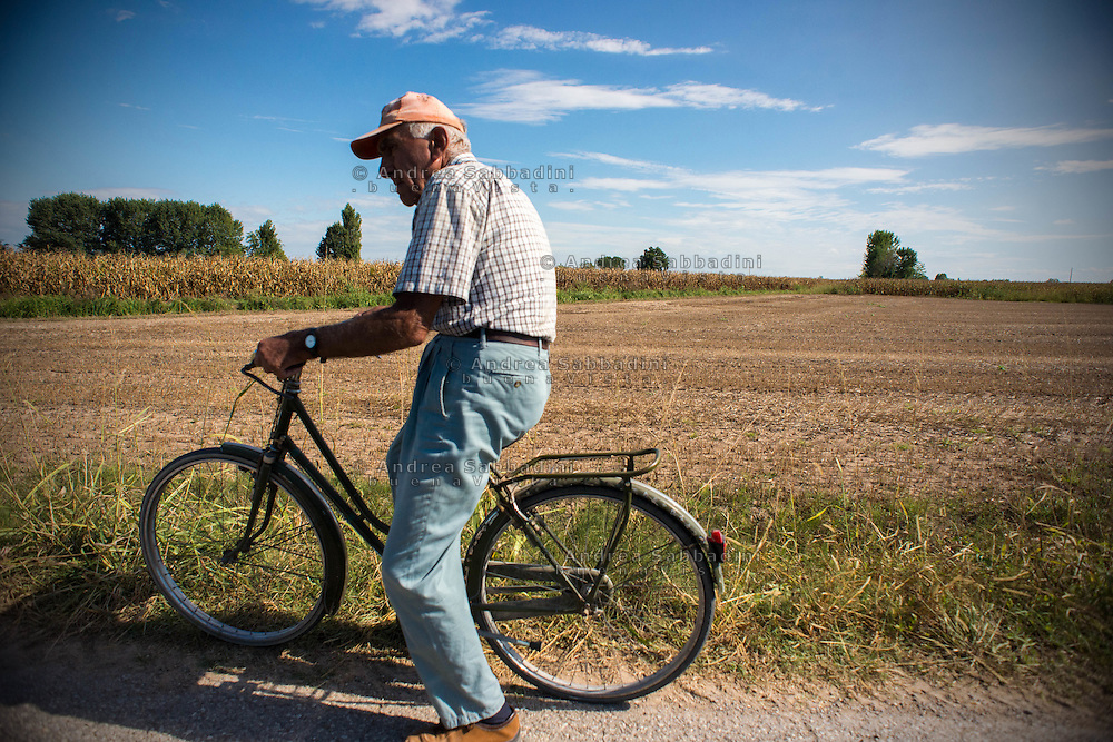 Parco Naturale Oglio Sud (Cremona), 06/09/2016: anziano agricoltore in bicicletta tra i campi di mais - old farmer rides his bicycle along corn fields.<br /> &copy; Andrea Sabbadini