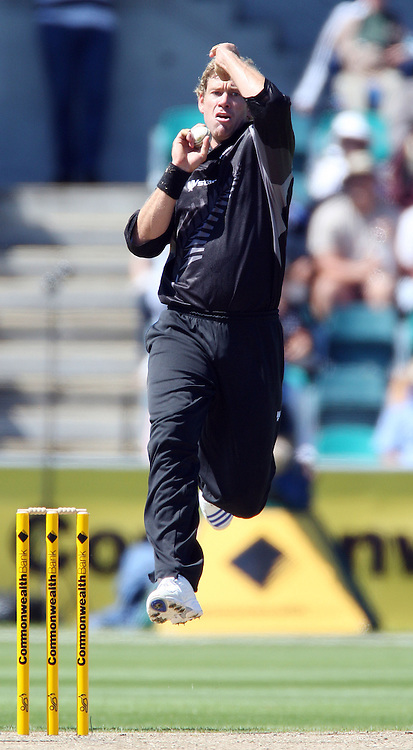 New Zealand bowler jacob Oram in action.<br />