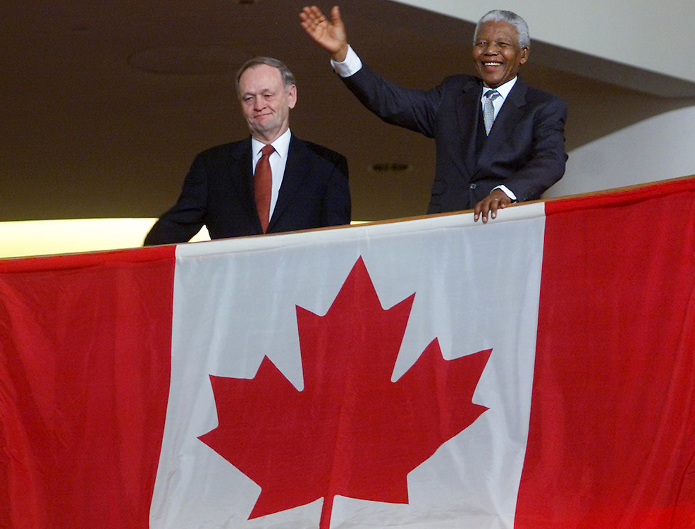 Former South African president Nelson Mandela (R) and Canadian Prime<br />