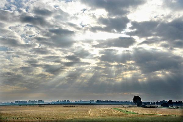Nederland, Ubbergen, 8-9-2012De zon laat een stralenkrans boven het landschap zien doordat ze door het wolkendek schijnt.Foto: Flip Franssen/Hollandse Hoogte