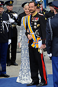 De gasten en koninklijk paar verlaten de kerk na de inhuldiging, Nieuwe Kerk in Amsterdam. <br /> <br /> Guest and Royal couple leave after the inauguration at the Nieuwe Kerk in Amsterdam. <br /> <br />  Prince Haakon and Princess Mette-Marit of Norway
