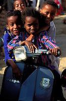 """Pakistan - """"Shiddis """", esclaves de l'empire des Indes - Province du Sind - Karachi -  Lyari, district surpeuplé du sud de Karachi abrite la plus forte concentration de Shiddis du Pakistan. Dans ce Harlem pakistanais, les Noirs prédominent surtout dans les ghettos pouilleux et malodorants de Baghdadi et Bombasa, quartiers à problèmes ravagés par la drogue, enclave où le taux de chômage peut atteindre 40 à 50%. - Ces fillettes ne sont pas scolarisées et traine dans le quartier // Pakistan, Shiddi, the black of Pakistan with African origine"""
