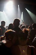 Zuschauer im unteren Teil des Palac Akropolis während einem Live Konzert.