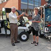 NLD/Huizen/20110510 - 2 energiezuinige voertuigen overhandigt door wethouder Petra van Hartskamp