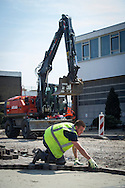 Foto: Gerrit de Heus. Vlaardingen. 11-04-2016. Stratenmaker aan het werk.