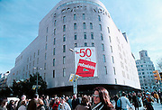 Spanje, Barcelona, 1-10-2004..Winkel van het grootste warenhuis van Spanje El corte Ingles in barcelona met reclame voor opruiming, uitverkoop. Winkelen, economie, consumenten, koopkracht, welvaart. Inkomen...Foto: Flip Franssen