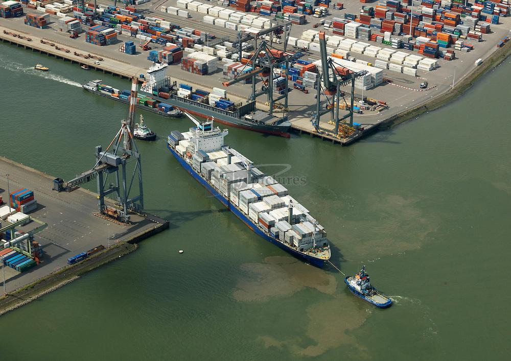 Maersk Niagara wordt door de sleepboten fairplay 23 en de Brent van de Kooimangroep geassisteerd bij het aanleggen bij Uniport