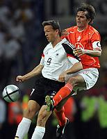 Fotball<br /> Euro 2004<br /> Portugal<br /> 15. juni 2004<br /> Foto: Witters/Digitalsport<br /> NORWAY ONLY<br /> Tyskland v Nederland 1-1<br /> Fredi BOBIC, Tyskland og Phillip COCU, Nederland