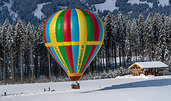 05.02.2018, Zell am See - Kaprun, AUT, BalloonAlps, im Bild ein Heissluftballon bei der Landung // a hot air balloon on landing during the International Balloonalps Week, Zell am See Kaprun, Austria on 2018/02/05. EXPA Pictures © 2018, PhotoCredit: EXPA/ JFK