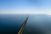 Nederland, Noord-Holland, Den Oever, 07-05-2018; Midden Afsluitdijk richting Vlietermonument.en Noord--Holland aan de verre horizon. Waddenzee rechts in beeld.<br /> Enclosure Dam with Monument. Waddenzee (left), Friesland on the distant horizon.<br /> <br /> luchtfoto (toeslag op standard tarieven);<br /> aerial photo (additional fee required);<br /> copyright foto/photo Siebe Swart