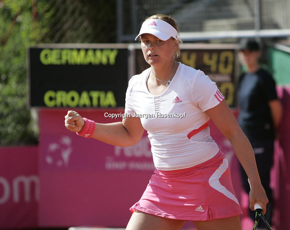 Fed Cup Germany - Croatia , ITF Damen Tennis Turnier in Fuerth, Wettbewerb der Mannschaft von Deutschland gegen Kroatien. Anna-Lena Groenefeld(GER) macht die Faust,Anzeigetafel im Hintergrund.<br />Foto: Juergen Hasenkopf<br />B a n k v e r b.  S S P K  M u e n ch e n, <br />BLZ. 70150000, Kto. 10-210359,<br />+++ Veroeffentlichung nur gegen Honorar nach MFM,<br />Namensnennung und Belegexemplar. Inhaltsveraendernde Manipulation des Fotos nur nach ausdruecklicher Genehmigung durch den Fotografen.<br />Persoenlichkeitsrechte oder Model Release Vertraege der abgebildeten Personen sind nicht vorhanden.