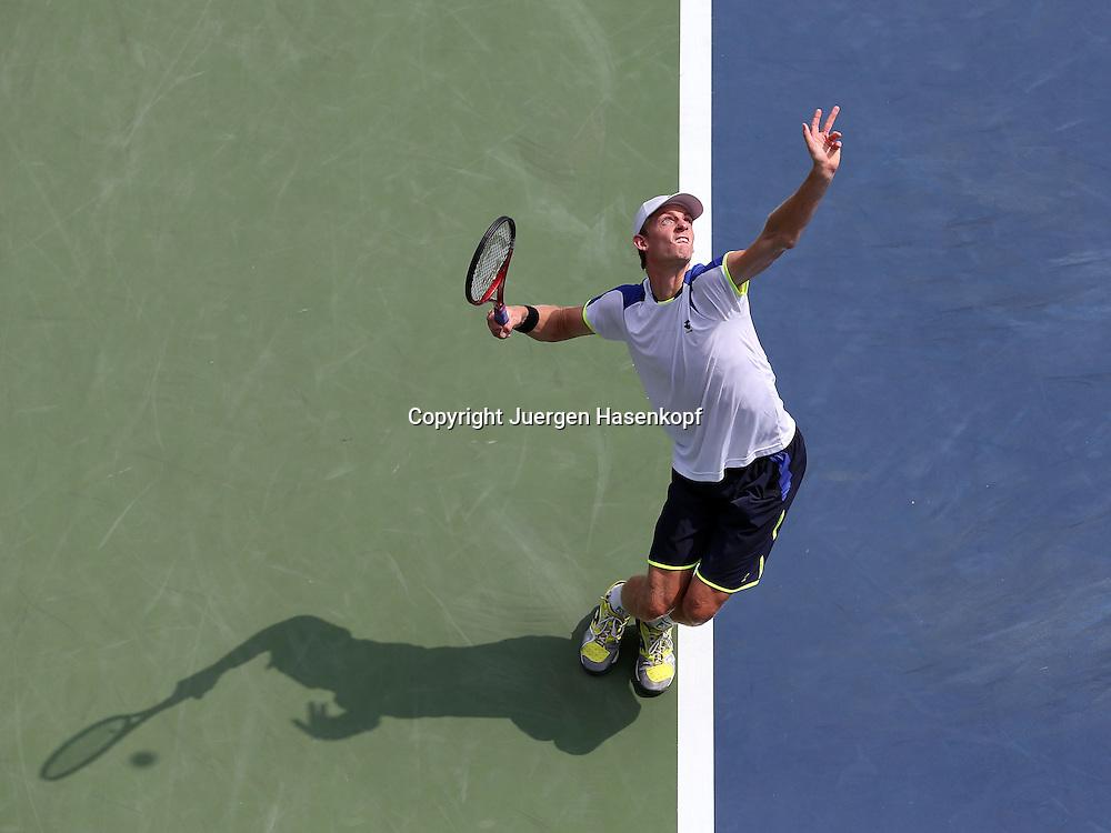 US Open 2013, USTA Billie Jean King National Tennis Center, Flushing Meadows, New York,<br /> ITF Grand Slam Tennis Tournament,<br /> Kevin Anderson (RSA),Aktion,Aufschlag,Ballwurf,Einzelbild,<br /> Ganzkoerper,Querformat,Schatten,von oben,