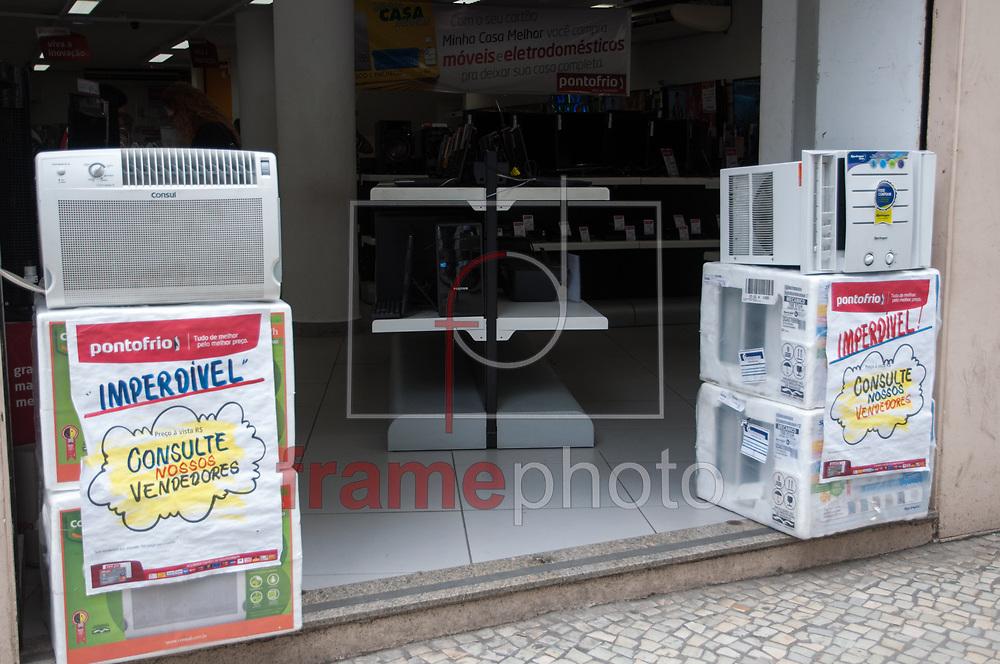 Rio de Janeiro - 13/11/2013 - Onda de calor faz aumentar a procurar por ventiladores e principalmente ar-condicionados nesta quarta-feira (13) no Centro do Rio de Janeiro. A quase um mês do Verão, o calor de 40 graus dos últimos dias fez o carioca ter uma prévia de como será a próxima estação - FOTO: ERBS JR./FRAME
