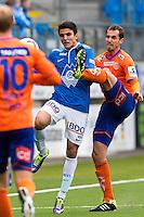 Treningskamp fotball 2014: Molde - Aalesund.  Aalesunds Sakari Mattila (t.h.) med høyt spark i duell med Mohamed Elyounoussi i treningskampen mellom Molde og Aalesund på Aker stadion.
