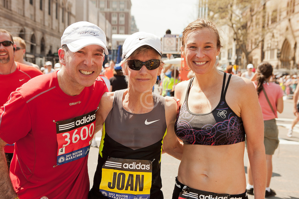 runners pose for picture with Joan Samuelson