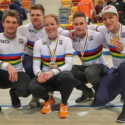 04-03-2018: Wielrennen: WK Baan: Apeldoorn<br />De wereldkampioenen Mathijs Buchli, Niels van t Hoenderdal, Kirsten Wild, Harry Lavreijsen, Jeffrey Hoogland