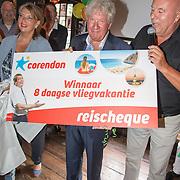 NLD/Blaricum/20160906 - Willibrord Frequin viert 75 ste verjaardag in Moeke Spijkstra, Willibrord Frequin krijgt reis aangeboden van Corendon