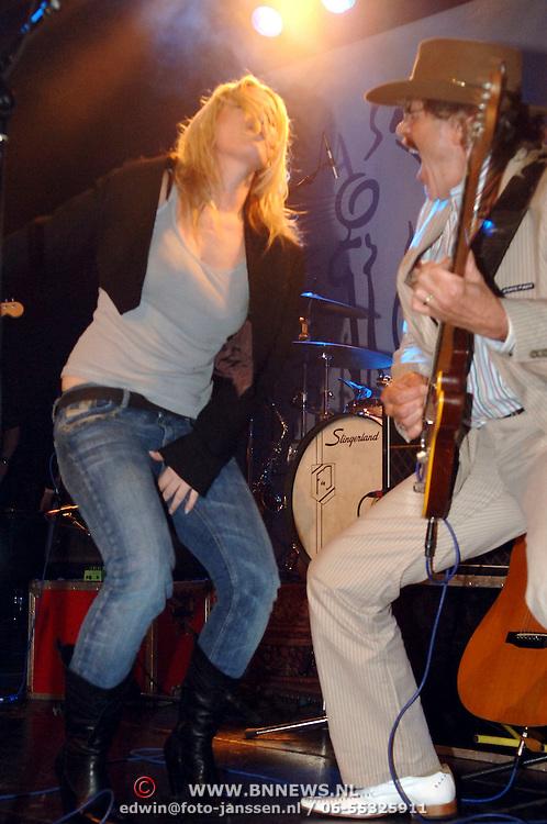 NLD/Amsterdam/20060315 - Uitreiking Edison 2006, Anouk Teeuwe treed op met Normaal, Bennie Jolink