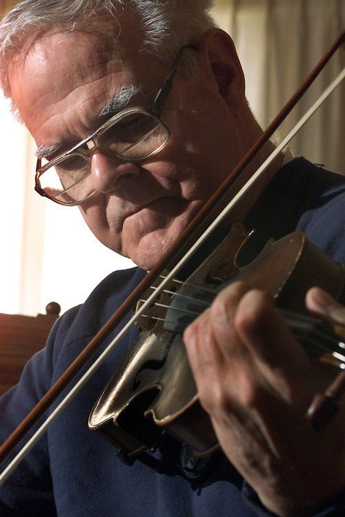 (PFEATURES) Middletown 1/16/2001  Pete Brady plays the fiddle in his Middletown Twp home,  he founded D Majors singers who perform 17th century folk music.   Michael J. Treola Staff Phiotographer.....MJT