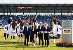 SCHNEIDER Dorothee (GER), LANGEHANENBERG Helen (GER), WERTH Isabell (GER), BREDOW-Werndl Jessica (GER), KINSKI Nastassja, BÜHLBECKER Dr. Hermann, RÖSER Klaus<br /> Aachen - CHIO 2018<br /> Siegerehrung Lambertz Nationenpreis Dressur<br /> 21. Juli 2018<br /> © www.sportfotos-lafrentz.de/Stefan Lafrentz