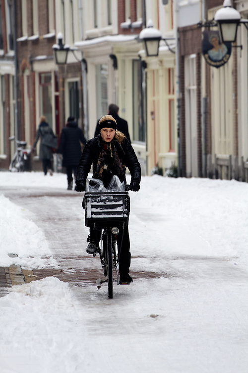 Een fietser rijdt over een glad wegdek in de Haverstraat in Utrecht.<br /> <br /> A cyclist is riding on a slippery road at the Haverstraat in Utrecht.