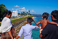 Sri Lanka, province du sud, district de Galle, Galle, Vieille ville classée patrimoine mondial de l'UNESCO, sri-lankais sur les remparts du fort, phare dans le fort // Sri Lanka, Southern Province, South Coast beach, Galle, old town, Dutch fort, UNESCO World Heritage site, Lighthouse and sri lankan family on the rampart