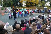 Duitsland, Kleef, 9-11-2008In het Duitse Kleef, vlak over de grens bij Nijmegen, wordt op de plek waar voor de oorlog de Joodse synagoge stond, de Kristalnacht herdacht. Kinderen roepen op tot verdraagzaamheid.Foto: Flip Franssen/Hollandse Hoogte
