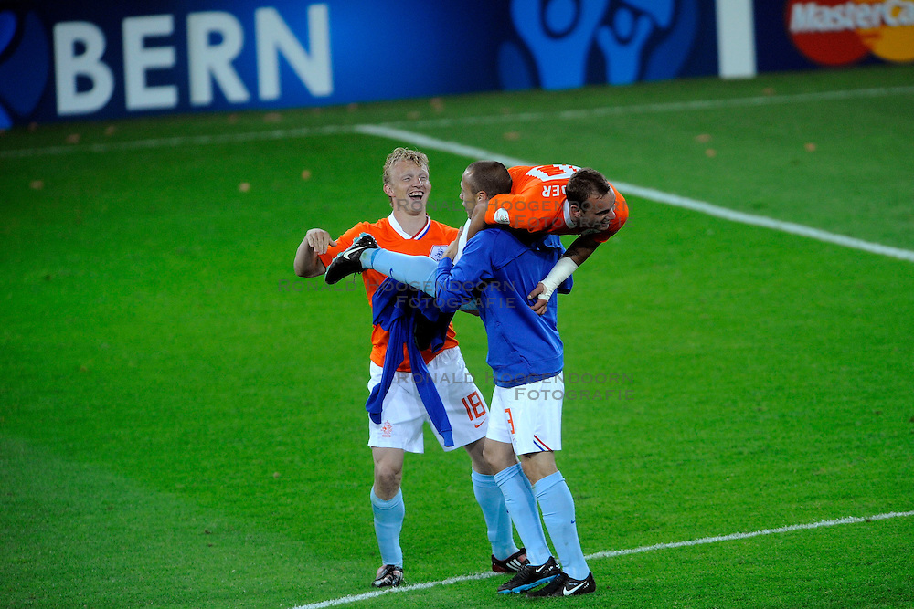 13-06-2008 VOETBAL: EURO 2008 NEDERLAND - FRANKRIJK: BERN <br /> Nederland wint met 4-1 van Frankrijk en plaatst zich als groepswinnaar voor de volgende ronde / Wesley Sneijder, John Heitinga, Dirk Kuyt <br /> &copy;2008-WWW.FOTOHOOGENDOORN.NL