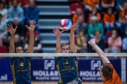 10-04-2016 NED: Seesing Personeel Orion -  Landstede Volleybal, Doetinchem<br /> In de derde en beslissende partij tussen Orion en Landstede Volleybal werd gespeeld om het toegangsticket tot de play &ndash; off finale. Orion trok aan het langste eind door Zwolle met 3-1 naar huis te sturen / Wessel Blom #4 of Landstede, Jairo Hooi #12 of Landstede