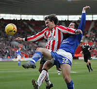 Photo: Lee Earle.<br /> Southampton v Ipswich Town. Coca Cola Championship. 21/01/2006. Saint's Claus Lundekvam (L) battles with Alan Lee.