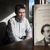 Nederland, Leiden , 31 januari 2010..NRC handelsblad journalist Gijsbert van Es heeft het boek Max Havelaar van Multatuli herschreven...Foto:Jean-Pierre Jans