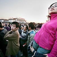 China,Beijing ,maart 2008..Jonge Chinese Studenten en toeristen voor De Verboden Stad. Op de achtergrond het Chinese regeringsgebouw op Tianamin plein (Plein van de Hemelse Vrede)