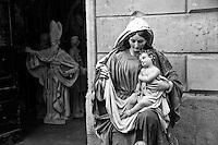 Lecce - Salento - Statue sacre: in primo piano la statua della Madonna già completata e messa al sole ad asciugare. In secondo piano una statua probabilmente raffigurante Sant'Oronzo ancora in lavorazione.