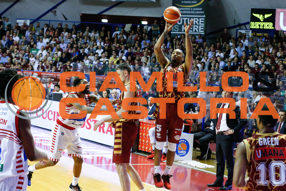 DESCRIZIONE : Venezia Lega A 2015-16 Umana Reyer Venezia - Consultinvest Pesaro<br /> GIOCATORE : Phil Goss<br /> CATEGORIA : Tiro<br /> SQUADRA : Umana Reyer Venezia - Consultinvest Pesaro<br /> EVENTO : Campionato Lega A 2015-2016<br /> GARA : Umana Reyer Venezia - Consultinvest Pesaro<br /> DATA : 03/04/2016<br /> SPORT : Pallacanestro <br /> AUTORE : Agenzia Ciamillo-Castoria/G. Contessa<br /> Galleria : Lega Basket A 2015-2016 <br /> Fotonotizia : Venezia Lega A 2015-16 Umana Reyer Venezia - Consultinvest Pesaro