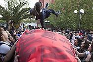 Estudiantes secundarios cantan, bailan y juegan previo a una manifestación. Parque Balmaceda, Octubre 2012.