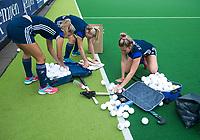 Amstelveen - Het uitpakken van de oefenballen voor  de training van Pinoke Dames I, naar aanloop van de hoofdklasse hockey competitie. rechts Cécile Knuvers. COPYRIGHT KOEN SUYK
