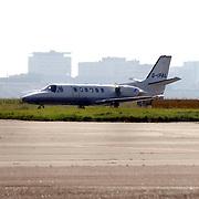 NLD/AmsterdamHuizen/20050713 - Aankomst van de band U2 op Schiphol met een privejet.beveiliging, vliegtuig