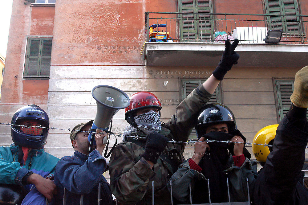 Roma  9  Maggio 2005  .Palazzo  Occupato in Viale Castrense  .Presido resistente contro il tentativo di sgombero da parte dell polizia...Rome, May 9, 2005. Busy building in Via Castrense.Resistant garrison against the attempted eviction by the police..