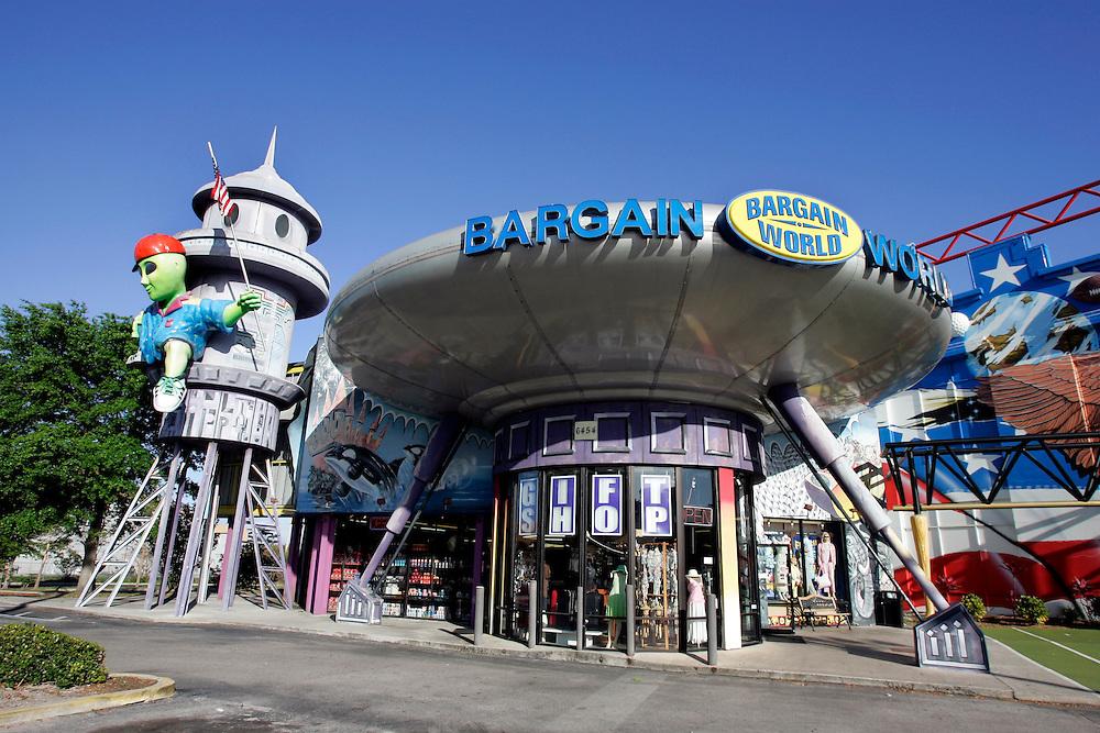 US-ORLANDO- Bargain Word. PHOTO: GERRIT DE HEUS.VS - ORLANDO - Bargain World, een winkel in de vorm van een ufo. PHOTO GERRIT DE HEUS