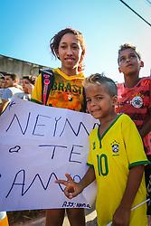 Torcedores observam o treino de Brasil antes da partida contra o Colombia, válida pelas quartas de final da Copa do Mundo 2014, no Estádio Presidente Vargas, em Fortaleza-CE. FOTO: Jefferson Bernardes/ Agência Preview