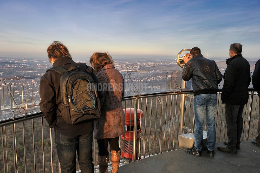 Besucher blicken vom Fernsehturm auf Stuttgart