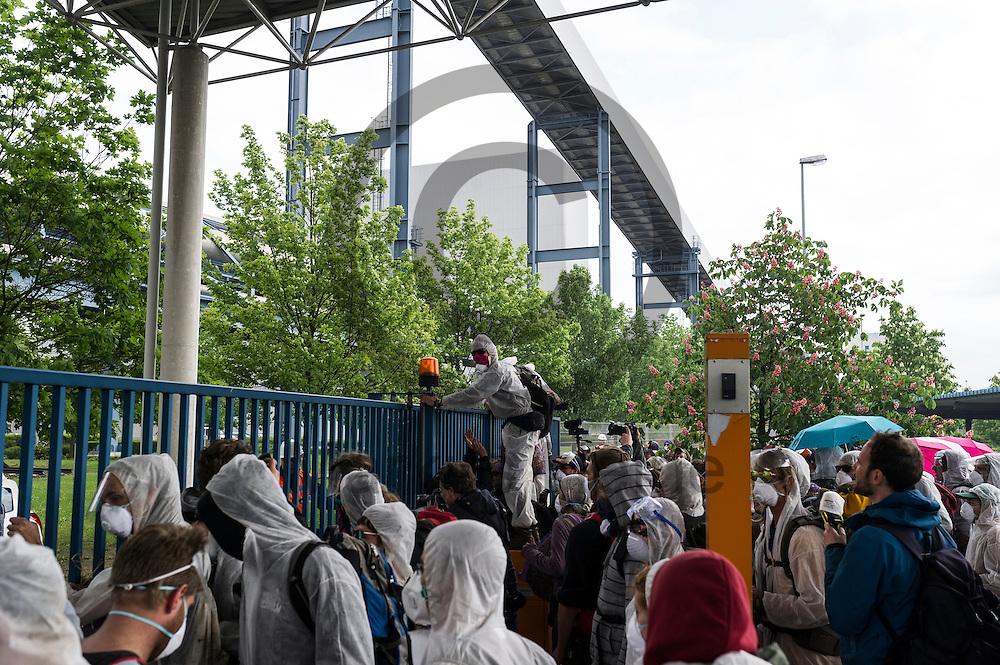 Aktivisten Klettern am 14.05.2016 bei Spremberg, Deutschland &uuml;ber das Werkstor des Braunkohlekraftwerk Schwarze Pumpe. Mehrere Hundert Aktivisten haben das Braunkohlekraftwerk Schwarze Pumpe gest&uuml;rmt und den Betrieb gest&ouml;rt. Ca 60 Aktivsten wurden von der Polizei Festgenommen. Foto: Markus Heine / heineimaging<br /> <br /> ------------------------------<br /> <br /> Ver&ouml;ffentlichung nur mit Fotografennennung, sowie gegen Honorar und Belegexemplar.<br /> <br /> Bankverbindung:<br /> IBAN: DE65660908000004437497<br /> BIC CODE: GENODE61BBB<br /> Badische Beamten Bank Karlsruhe<br /> <br /> USt-IdNr: DE291853306<br /> <br /> Please note:<br /> All rights reserved! Don't publish without copyright!<br /> <br /> Stand: 05.2016<br /> <br /> ------------------------------ am 14.05.2016 bei Spremberg, Deutschland. Mehrere Hundert Aktivisten haben das Braunkohlekraftwerk Schwarze Pumpe gest&uuml;rmt und den Betrieb gest&ouml;rt. Ca 60 Aktivsten wurden von der Polizei Festgenommen. Foto: Markus Heine / heineimaging<br /> <br /> ------------------------------<br /> <br /> Ver&ouml;ffentlichung nur mit Fotografennennung, sowie gegen Honorar und Belegexemplar.<br /> <br /> Bankverbindung:<br /> IBAN: DE65660908000004437497<br /> BIC CODE: GENODE61BBB<br /> Badische Beamten Bank Karlsruhe<br /> <br /> USt-IdNr: DE291853306<br /> <br /> Please note:<br /> All rights reserved! Don't publish without copyright!<br /> <br /> Stand: 05.2016<br /> <br /> ------------------------------
