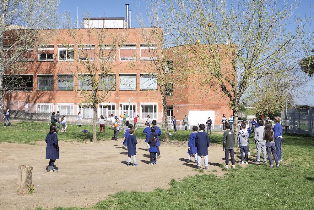 Studenti che giocano nella loro scuola<br /> <br /> Students playing in their school