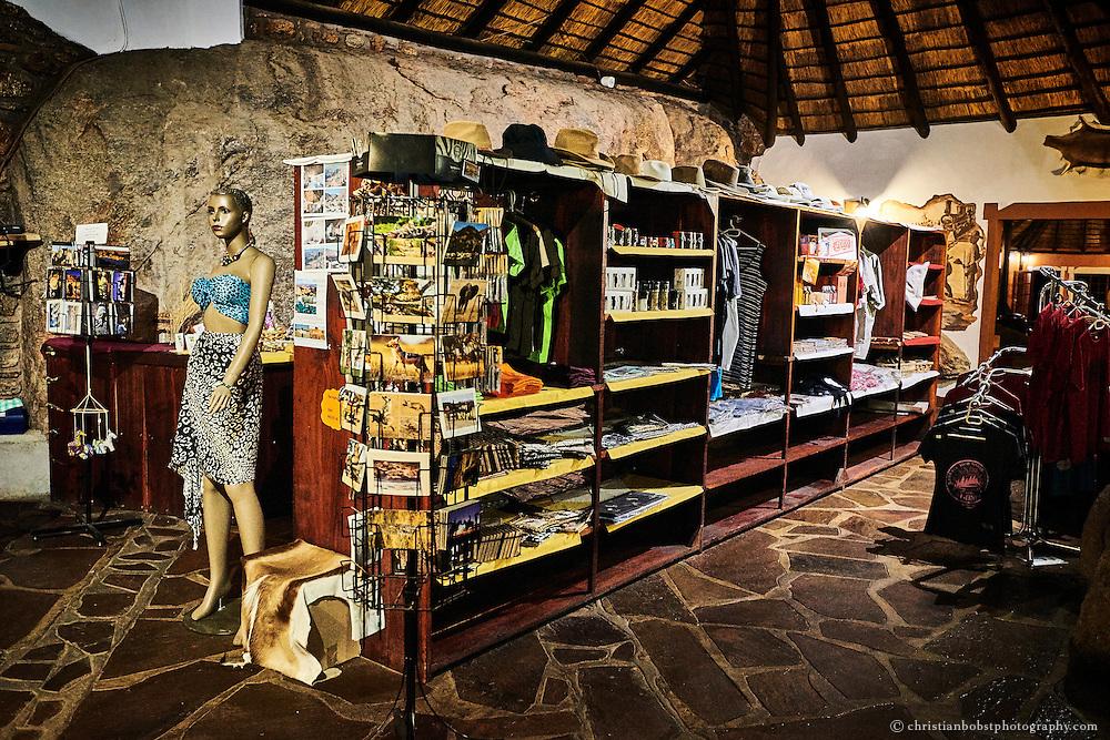 Der Shop im Haupthaus des Canon Village Hotels bietet nebst Postkarten und Bekleidung für Touristen auch traditionelle namibische Handwerkskunst.