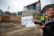 De archeologe toont de tekening van de oude kasteelmuur. In Utrecht zijn resten gevonden van de hoofdpoort van kasteel Vredenburg tijdens archeologisch onderzoek bij de bouwwerkzaamheden van de nieuwe parkeergarage in het stationsgebied. De resten van de fundamenten van de hoofdpoort uit 1529. Het muurwerk wordt in blokken gezaagd en tijdelijk opgeslagen, later worden ze opgenomen in de parkeergarage zodat de resten zichtbaar zijn voor het publiek.<br /> <br /> In Utrecht remains of the main gate of castle Vredenburg are found during archaeological research in the construction of the new parking garage in the station area. The remains are the foundations of the main gate dated 1529. The masonry is cut into blocks and temporarily stored, later to be incorporated into the garage so that the remains are visible to the public.