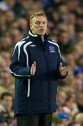 LIVERPOOL, ENGLAND - Thursday, April 17, 2008: Everton's manager David Moyes gives orders to his team during the Premiership match against Chelsea at Goodison Park. (Photo by David Rawcliffe/Propaganda)