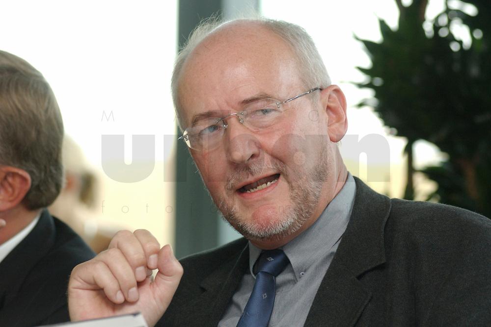 01 NOV 2002, BERLIN/GERMANY:<br /> Prof. Dr. Ernst Wiesendahl, Universitaet der Bundeswehr, Workshop Strategien und Praxis in Wahlkampagnen, Sony Center<br /> IMAGE: 20021101-01-051