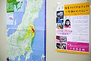 En karta med markeringar över strålningens spridning från kärnkraftverket uppsatt på väggen där Hinan Mama Net had möte. <br /> <br /> Hinan Mama Net, är en stödgrupp för mammor som har evakuerat från Fukushima prefekturen till Tokyo. Gruppen startades av Rika Mashiko.