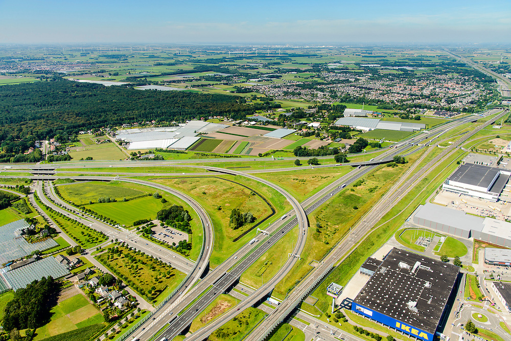 Nederland, Noord-Brabant, Breda, 23-08-2016; Knooppunt Princeville, verkeersknooppunt voor de aansluiting van de autosnelwegen A16 en A58. Half sterknooppunt. Ikea woonarenhuis.<br /> Princeville interchange or junction, near Breda, traffic hub for connecting the A16 and A58.<br /> <br /> luchtfoto (toeslag op standard tarieven);<br /> aerial photo (additional fee required);<br /> copyright foto/photo Siebe Swart