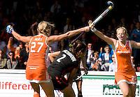 AMSTELVEEN -  Vreugde bij Oranje nadat Marilyn Agliotti (l) voor Nederland heeft gescoord.  tijdens de EK hockey finale tussen Nederland en Duitsland. Nederland wint met 3-2 en wordt Europees Kampioen. Rechts Vera Vorstenbosch, midden de Duitse Tina Bachmann.